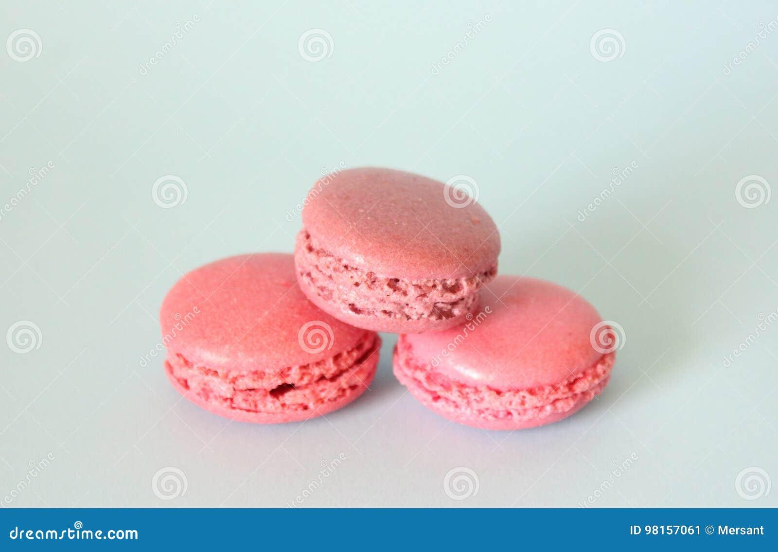 Tres macarrones rosados