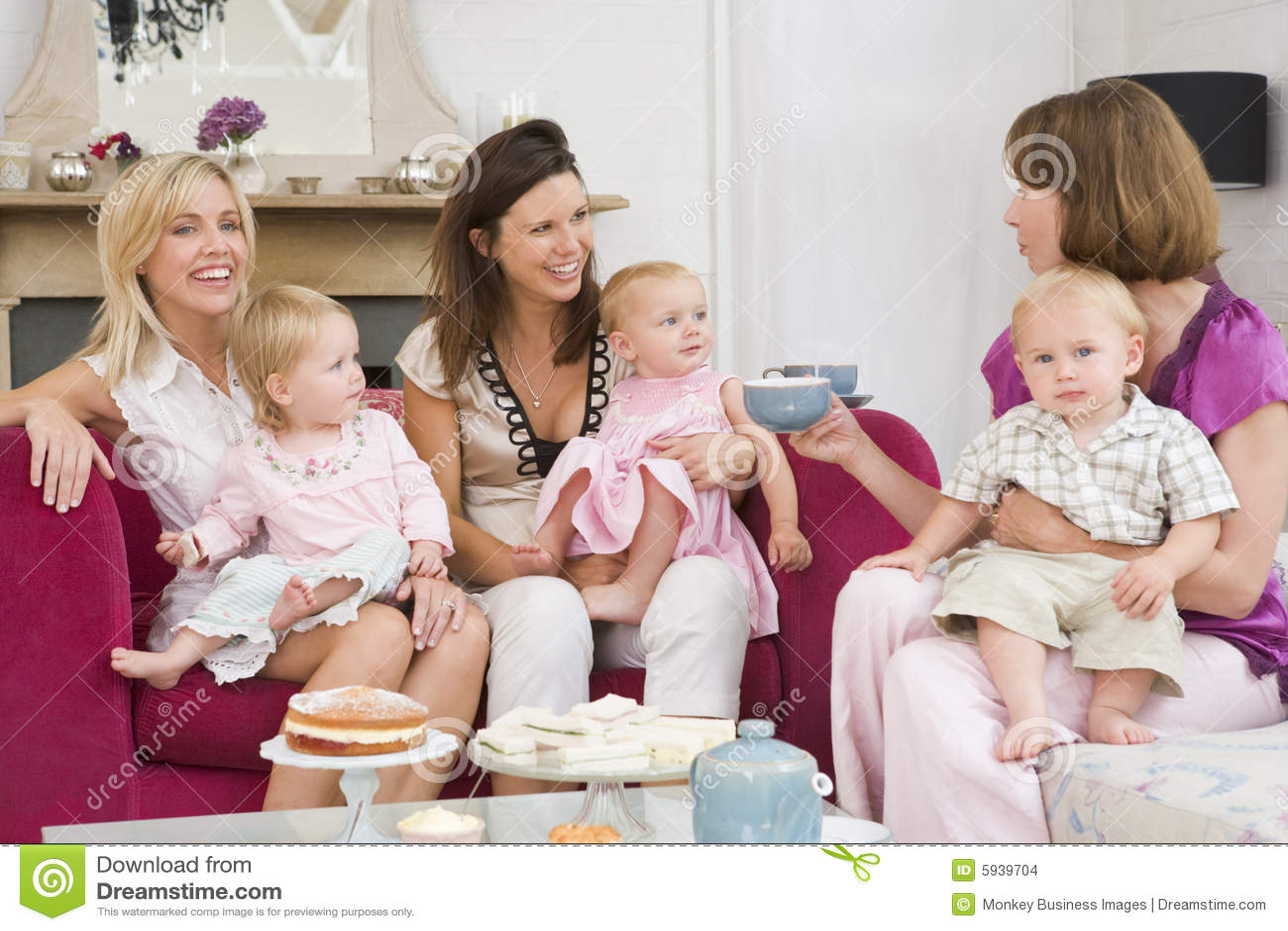 Tres madres en sitio con los bebés y el café