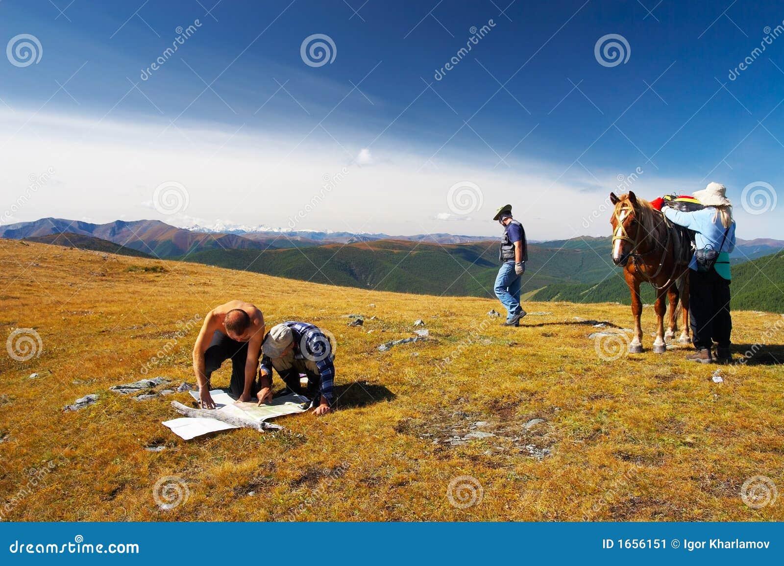 Tres mens, mujeres y caballos.