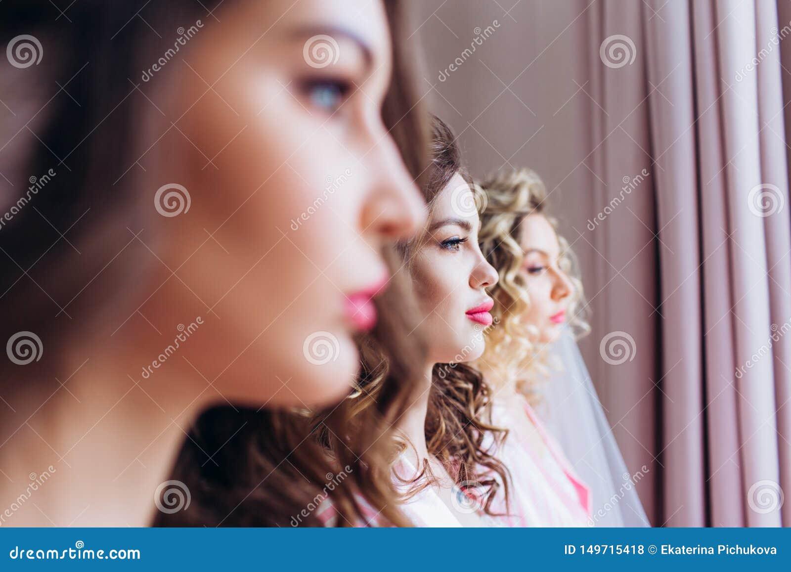 Tres muchachas celebran una despedida de soltero o un cumplea?os