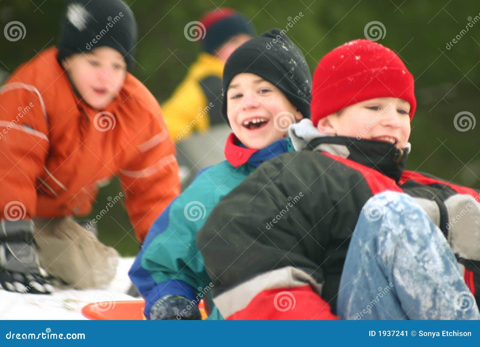 Tres muchachos Sledding