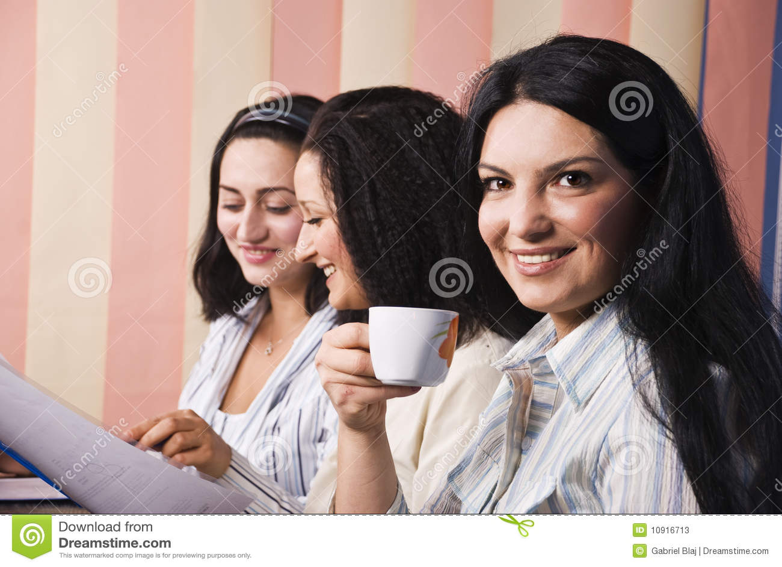 Tres mujeres de negocios en oficina