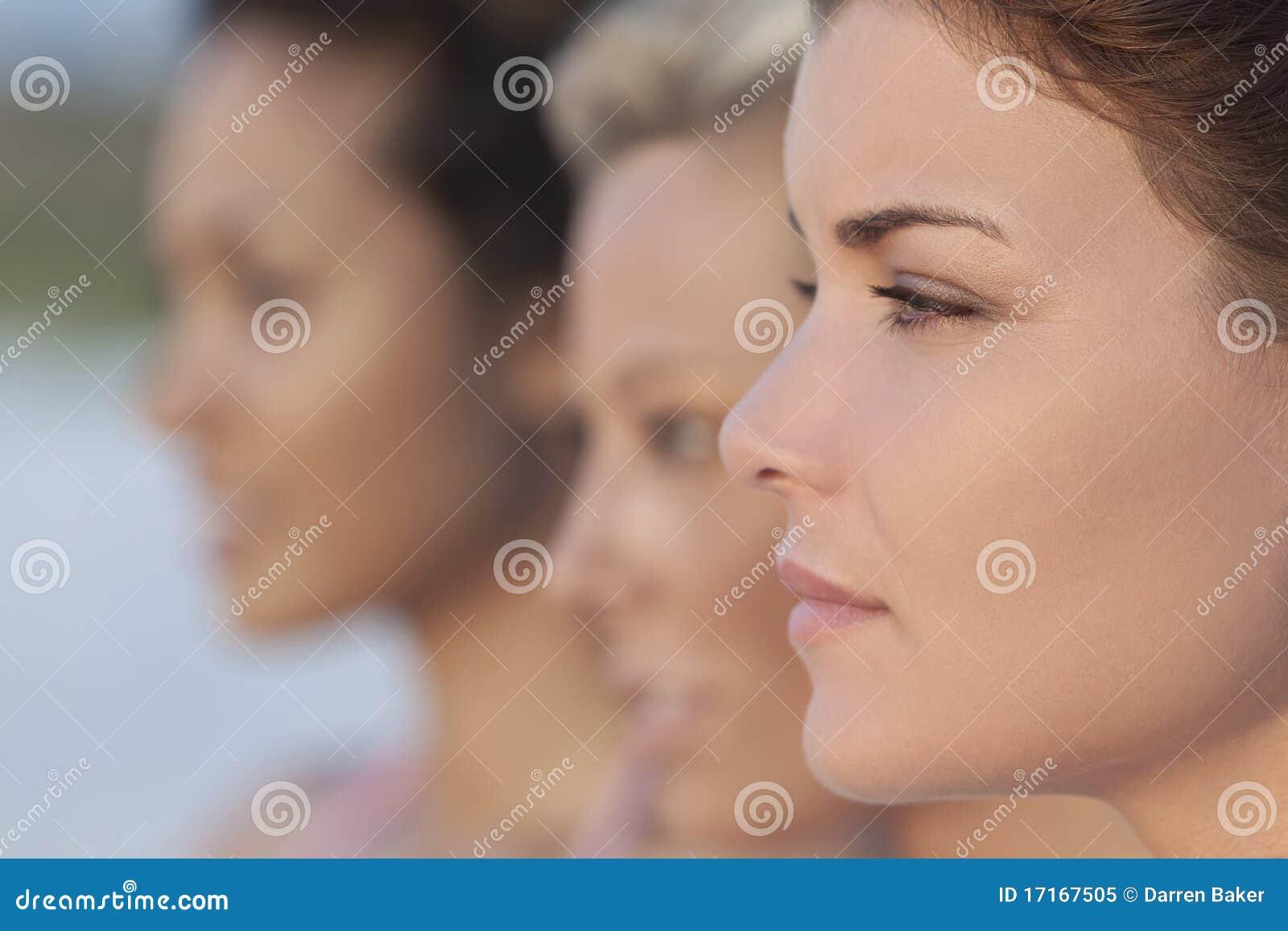 Tres mujeres jovenes hermosas en perfil