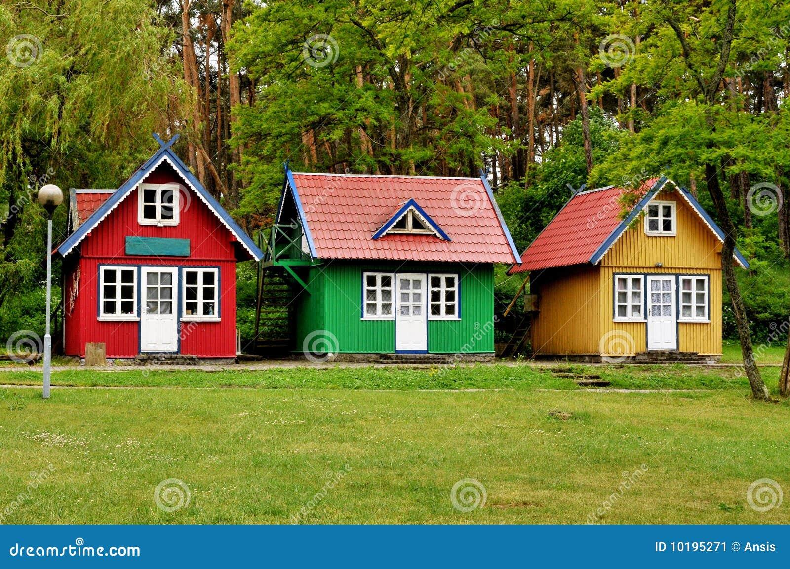Tres pequeñas casas imagen de archivo. Imagen de verano - 10195271