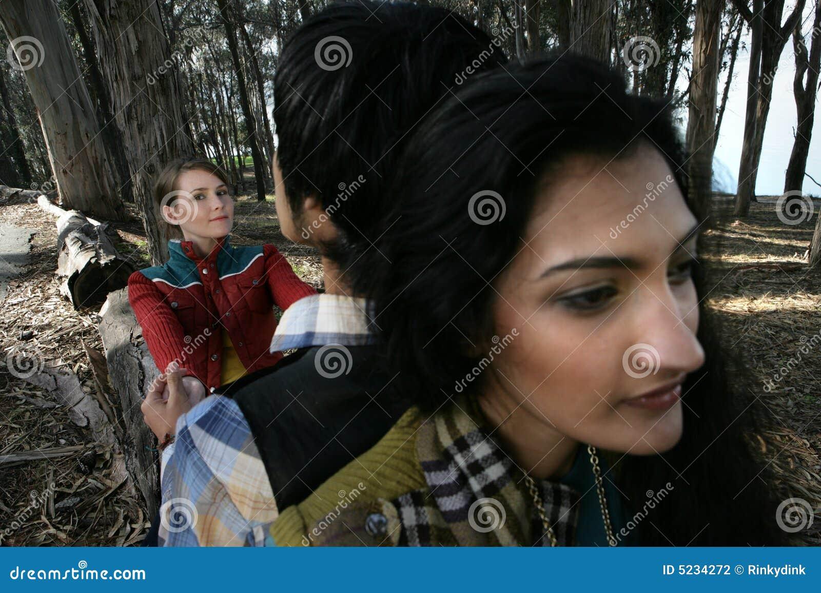 Tres personas en maderas