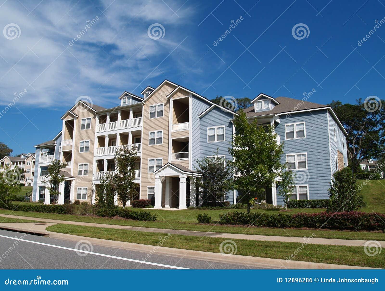Tres propiedades horizontales, apartamentos o TownhomesCondo de la historia,