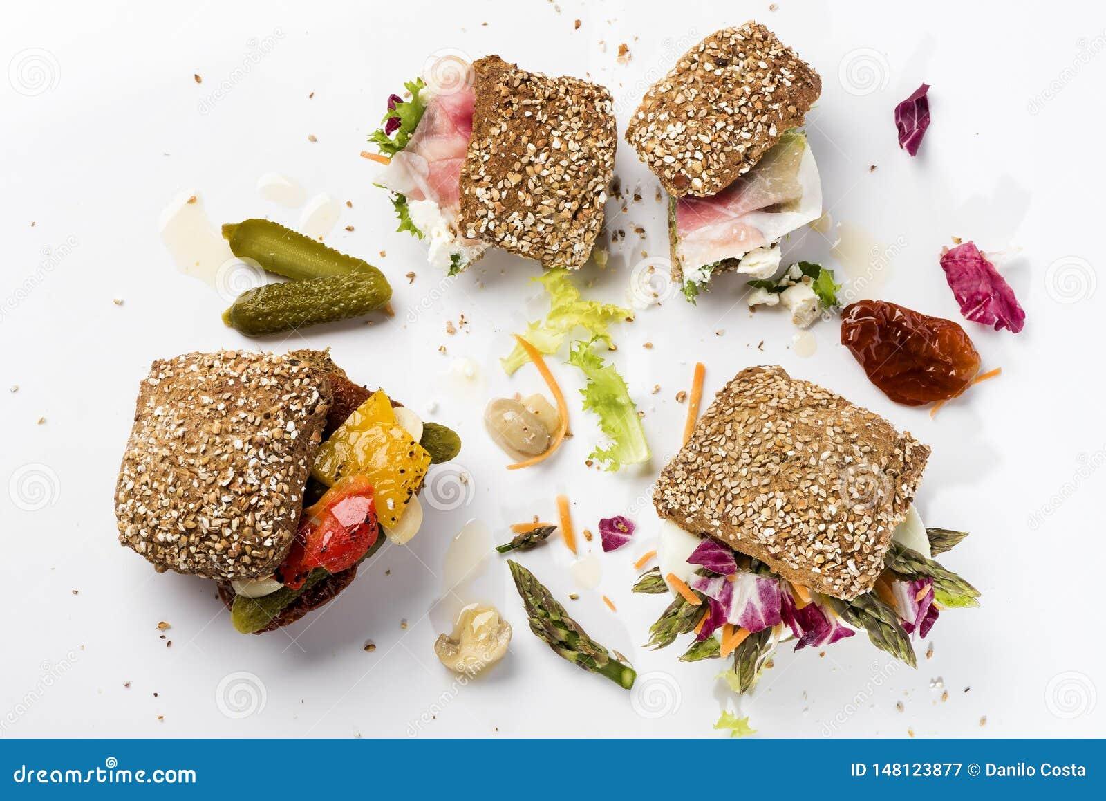 Tres sanwiches con las verduras y las salmueras