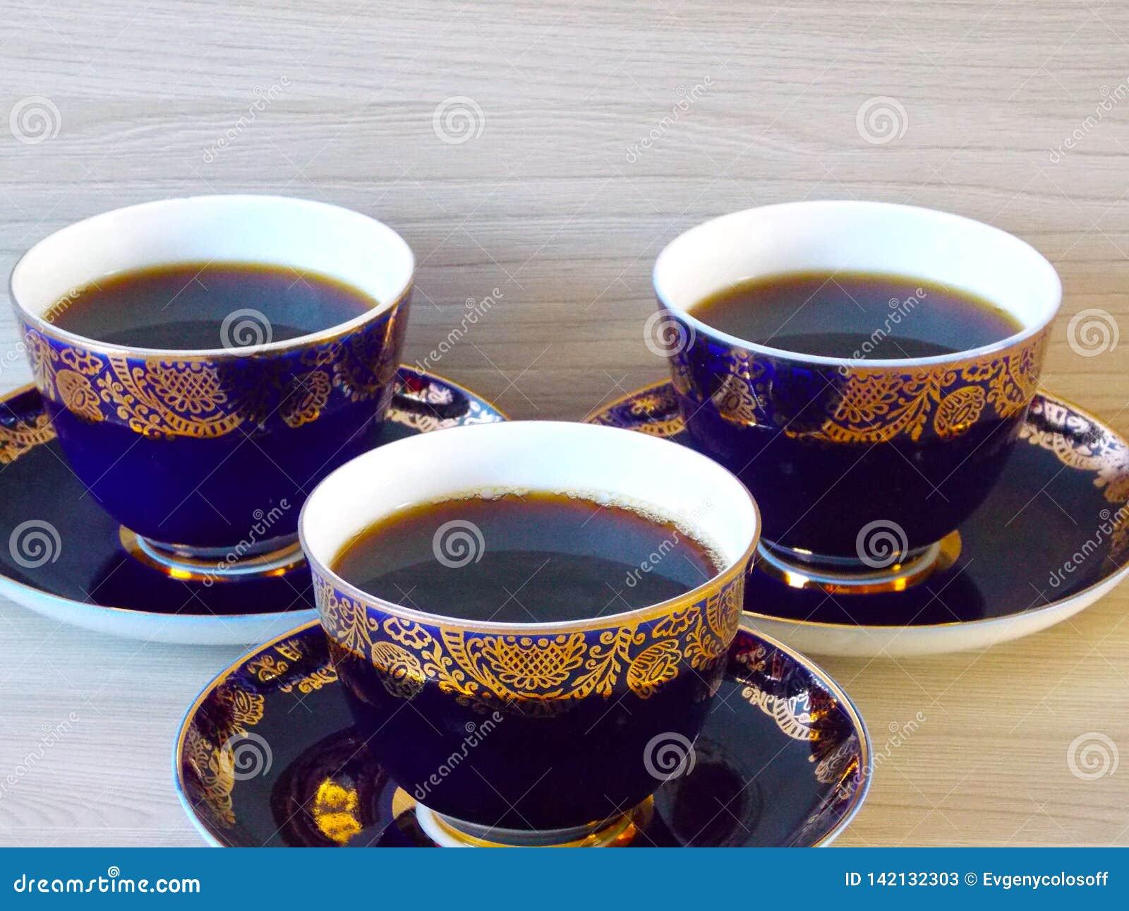 Tres tazas de coffe caliente de la mañana