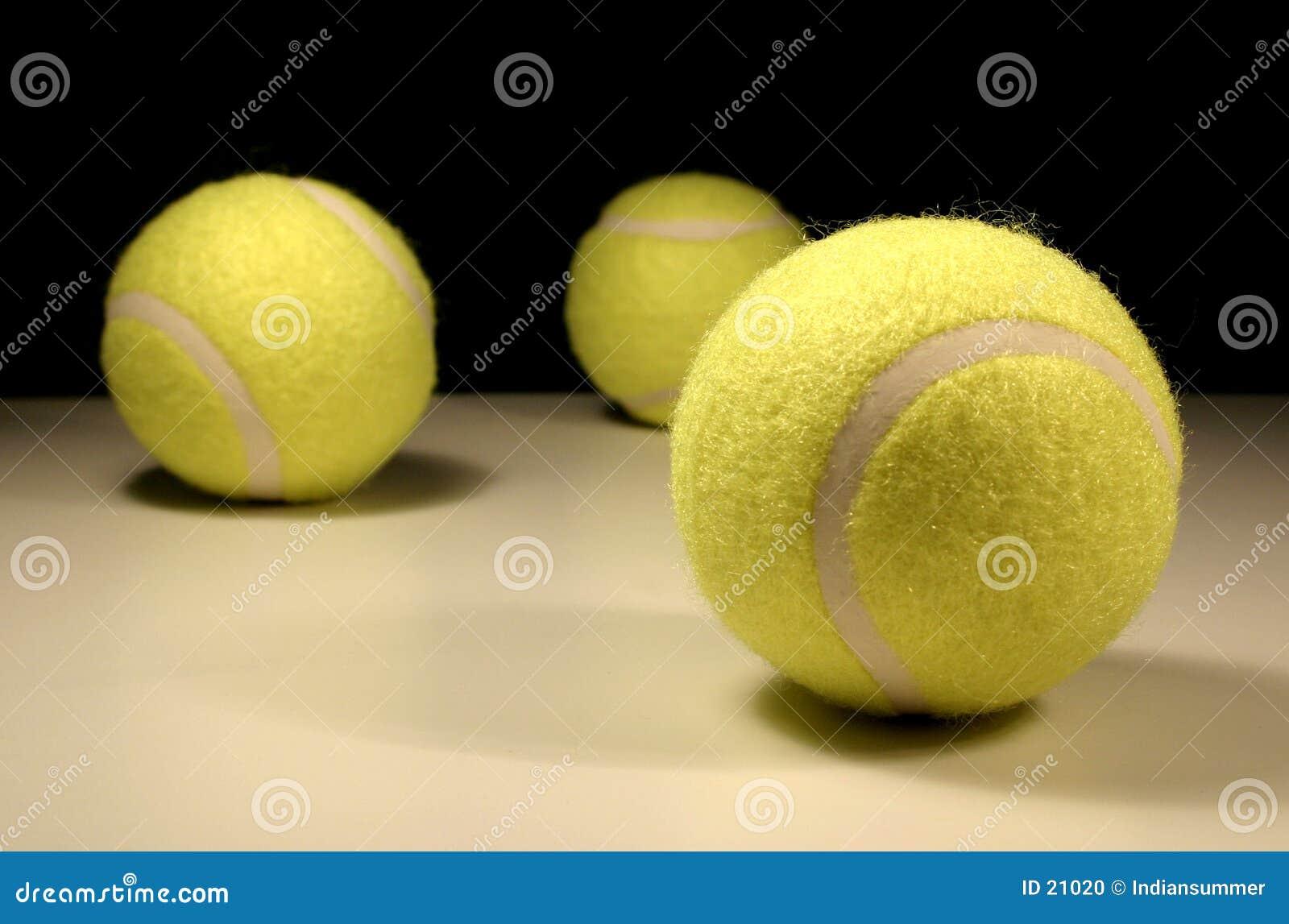 Tres tenis-bolas