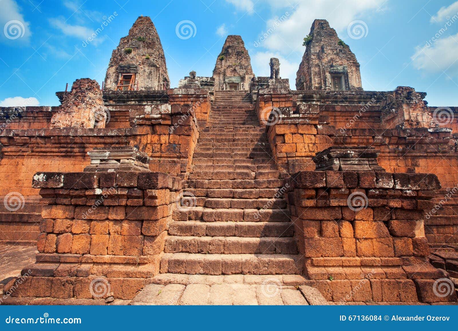 Tres torres y escaleras largas del templo antiguo en for Escaleras largas