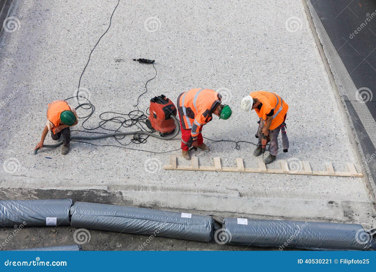 Tres trabajadores del camino
