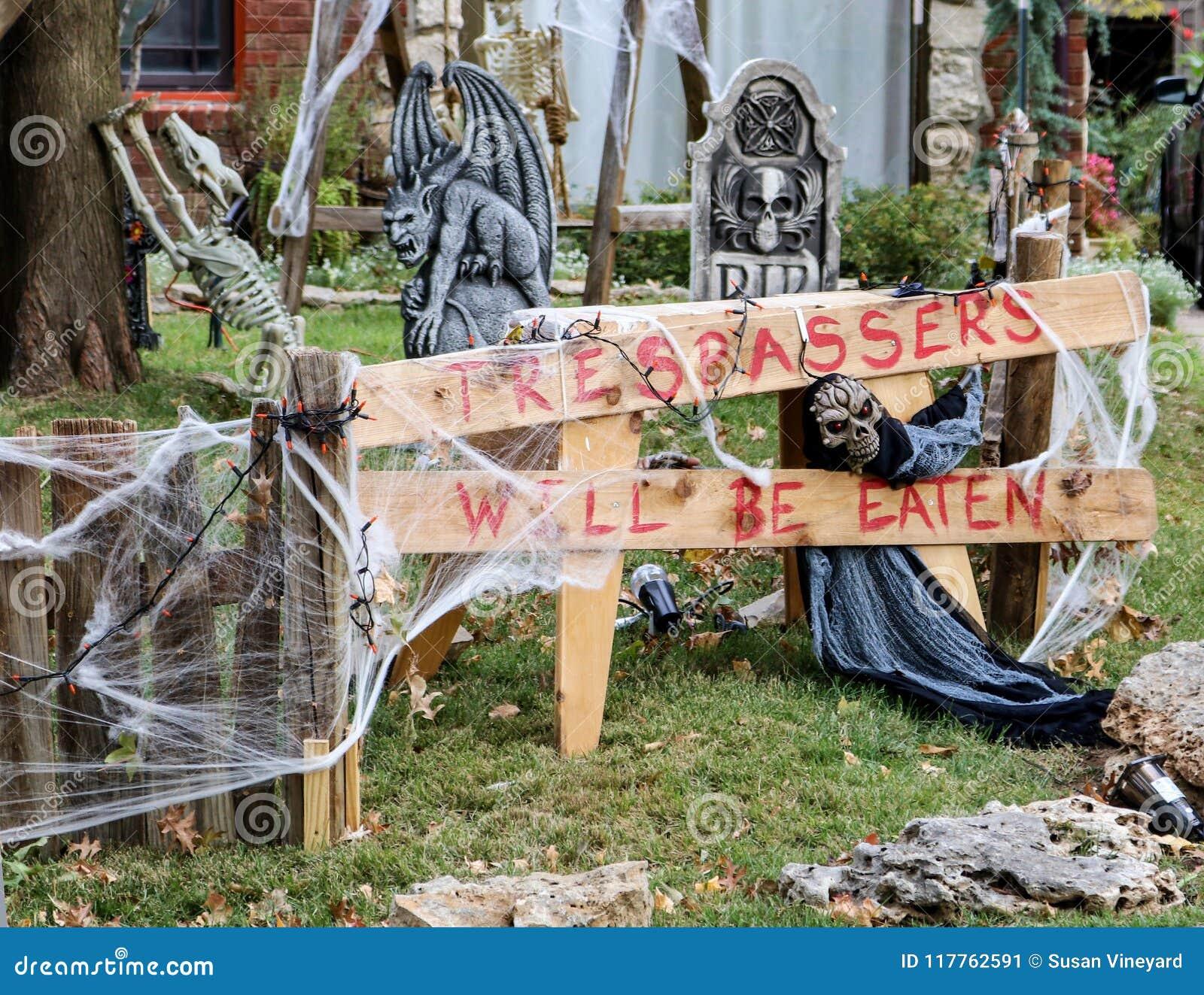 Tresspassers será comido firma adentro la yarda adornada Halloween