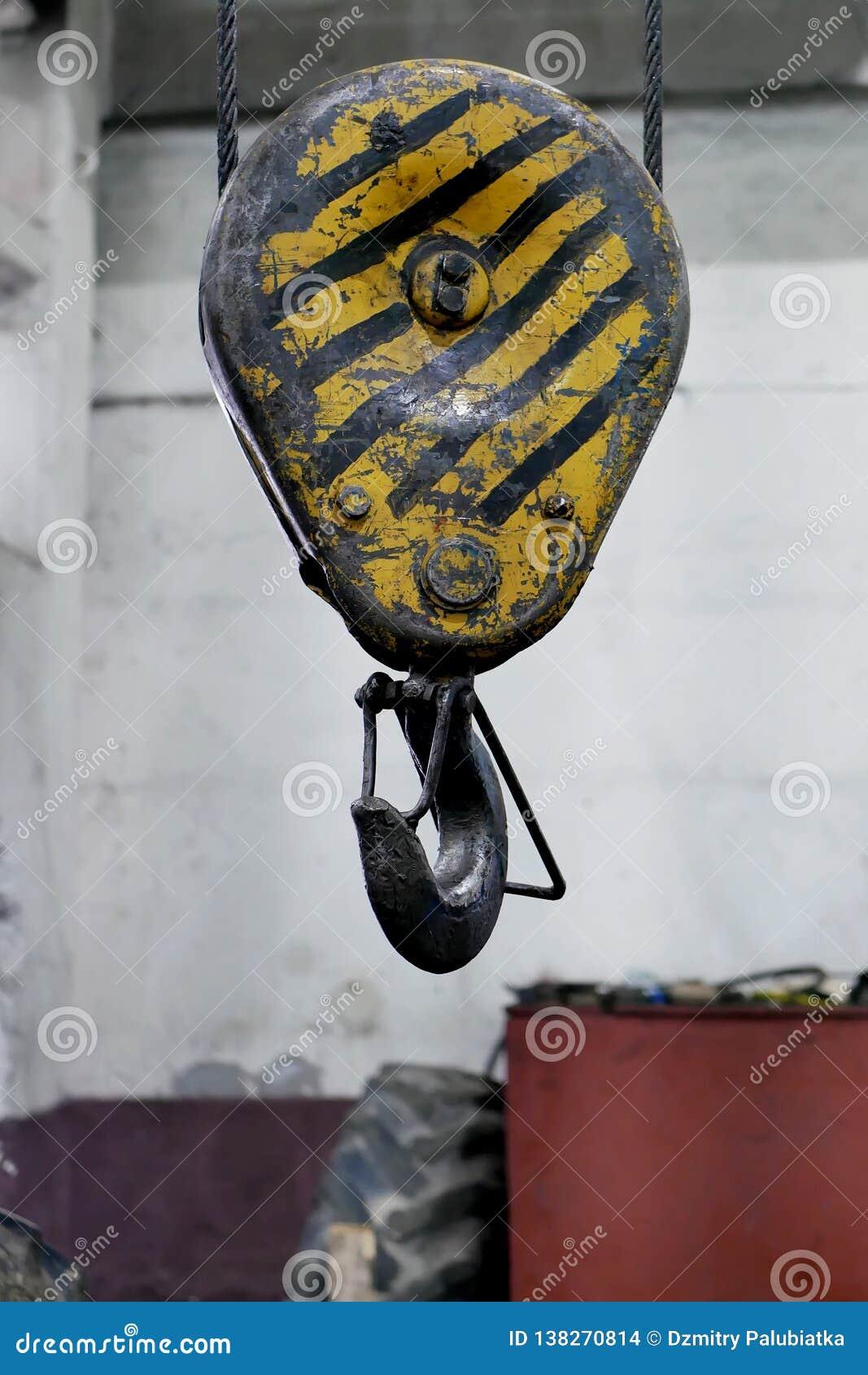 Treuil avec un crochet sur le plafond de l atelier
