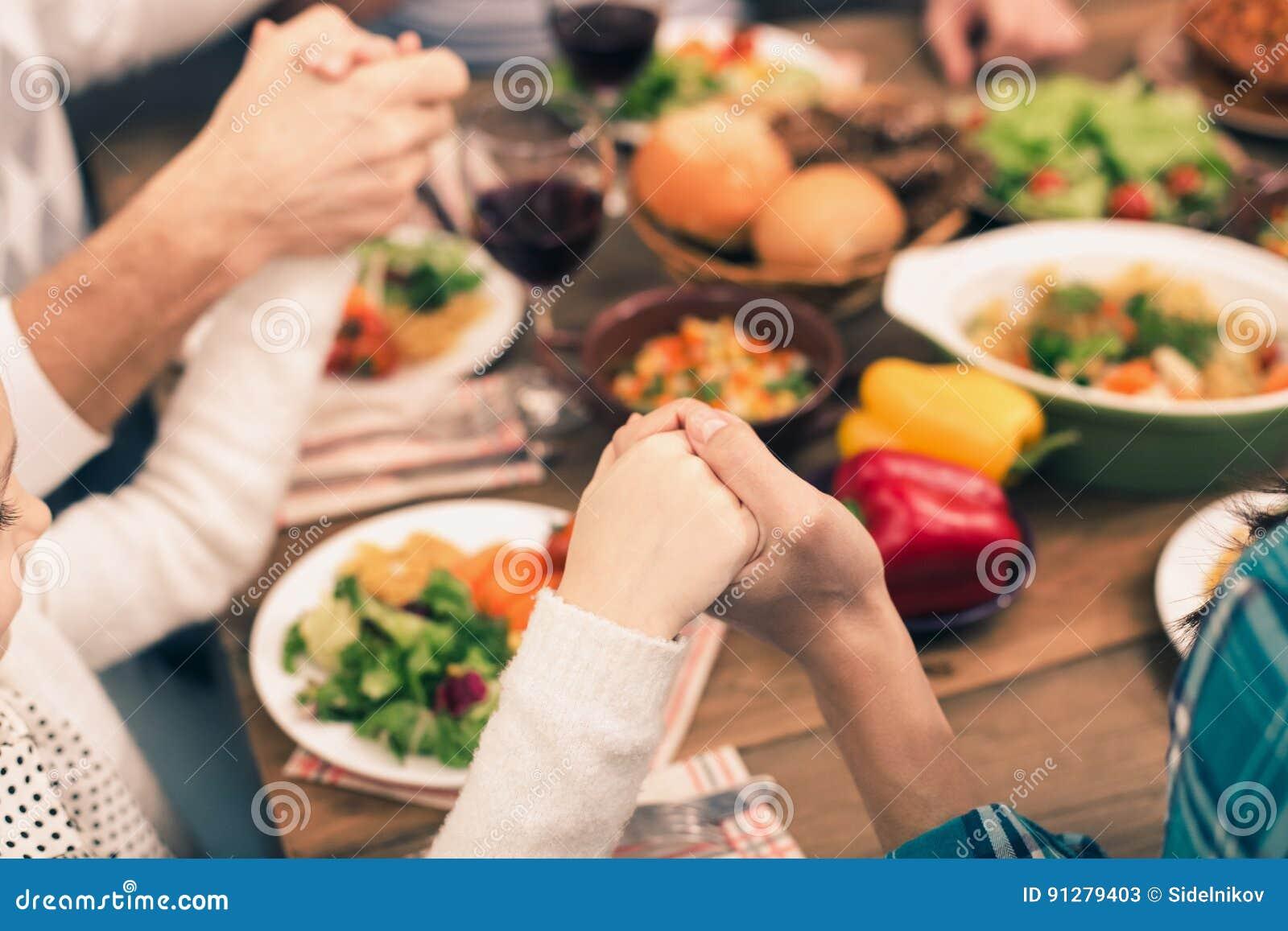 Trevlig familj som har den smakliga matställen