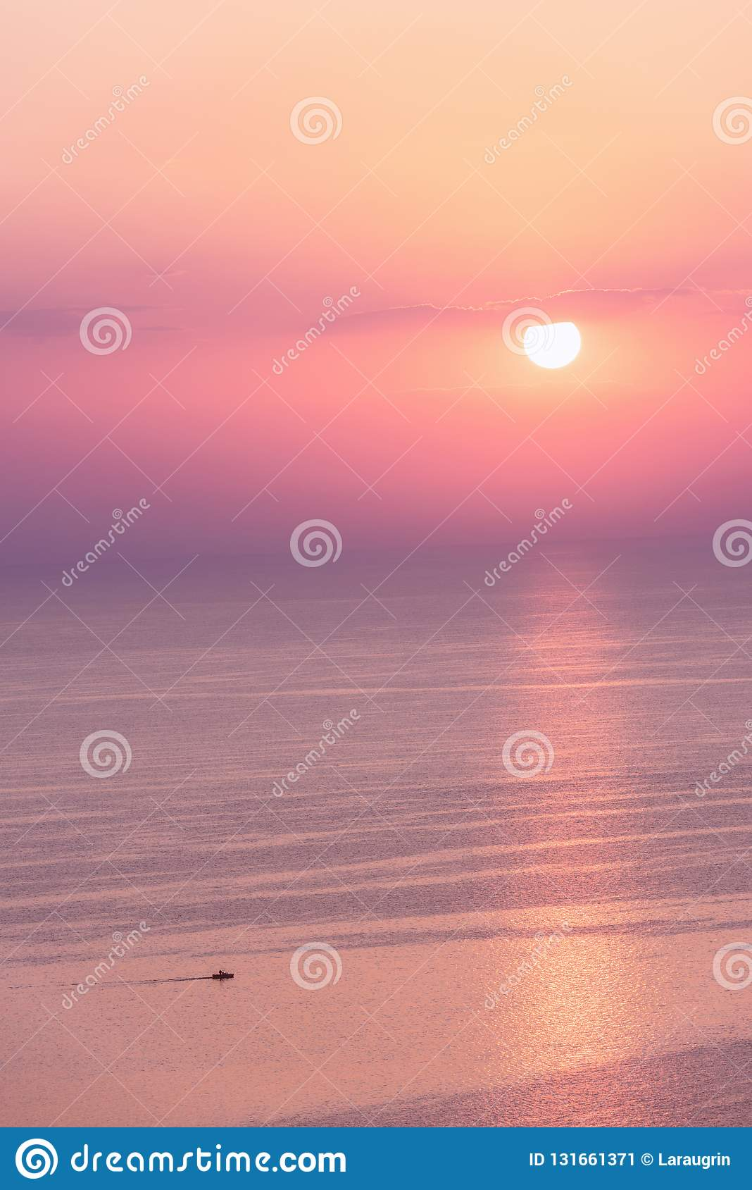 Trevlig rosa solnedgångseascape i pastellfärgade skuggor, fred och lugna utomhus- loppbakgrund