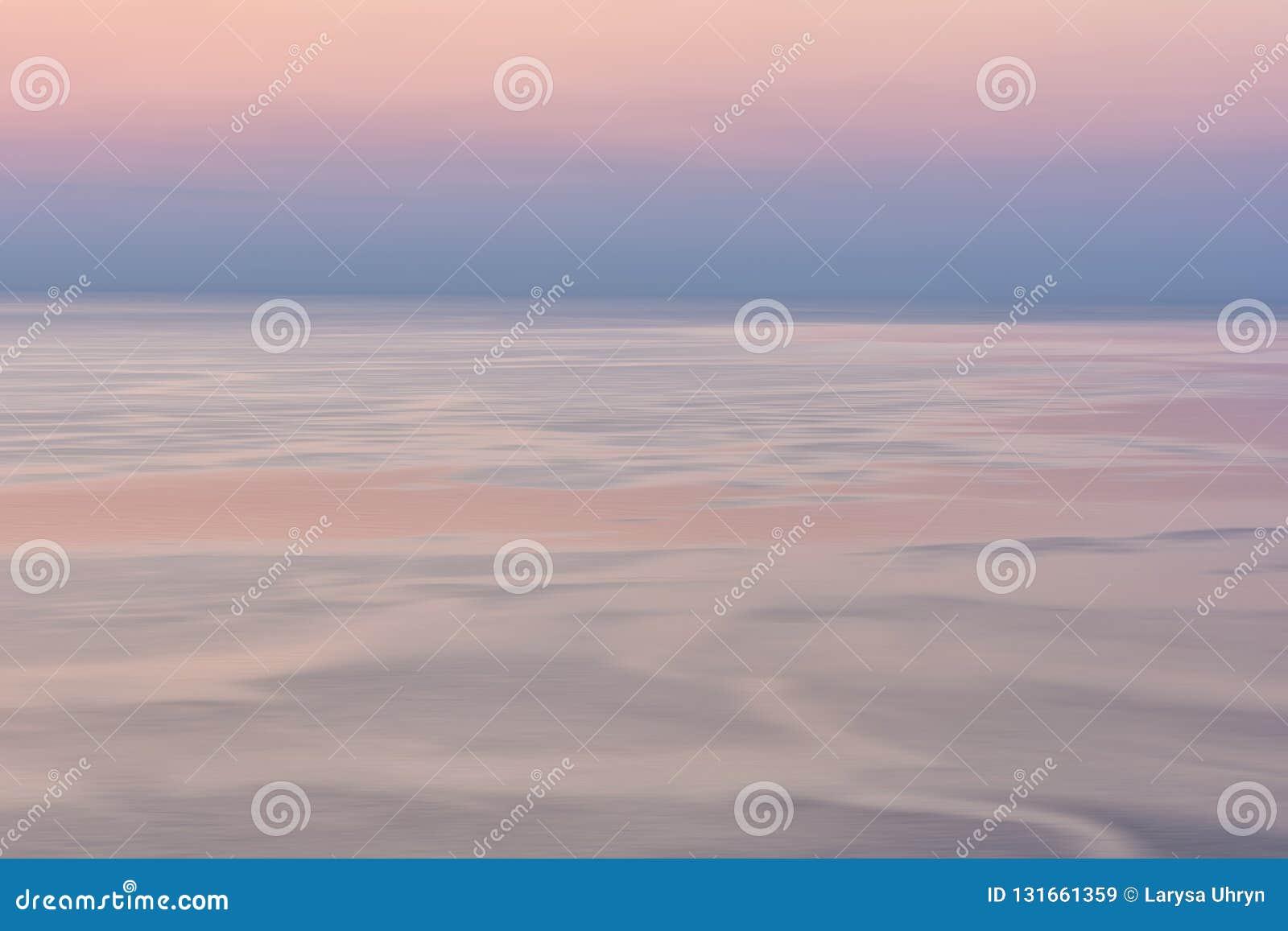 Trevlig rosa solnedgångseascape i pastellfärgade skuggor, fred och lugna utomhus- loppbakgrund, rörelsesuddighet