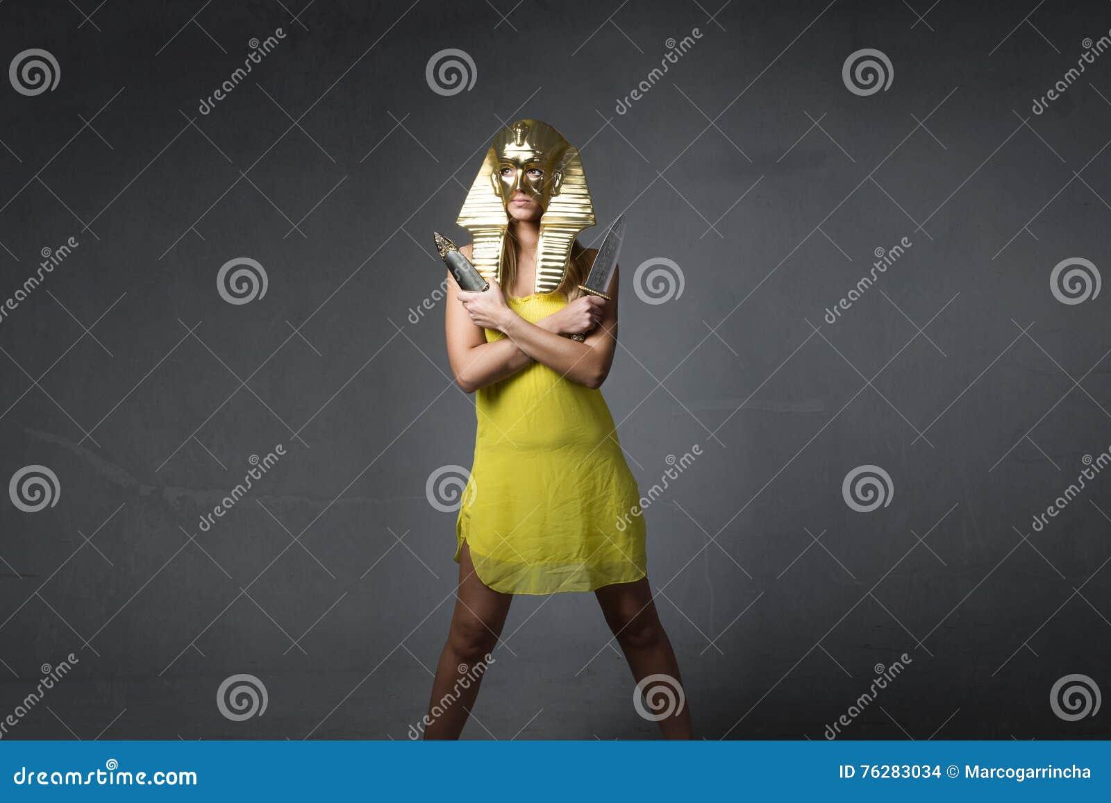 Trevlig sfinx med knivar på händer