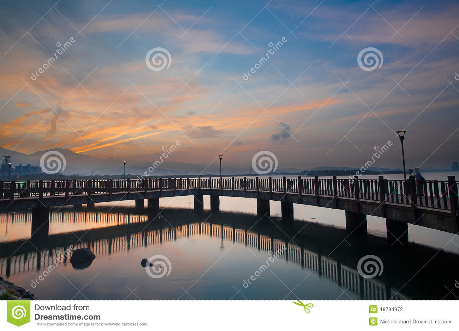 Trevlig soluppgång med den trevliga skyen, den nya Taipeien, Taiwan