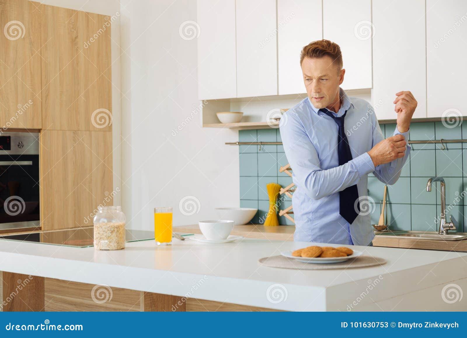 Trevlig stilig affärsman som förbereder frukosten