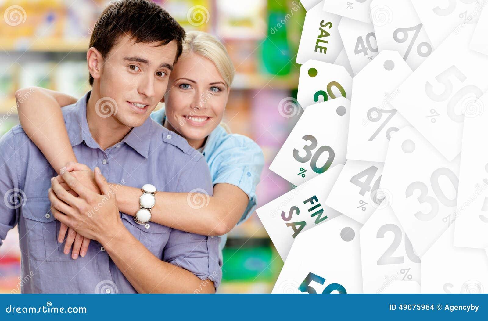 Trevliga par i shoppa