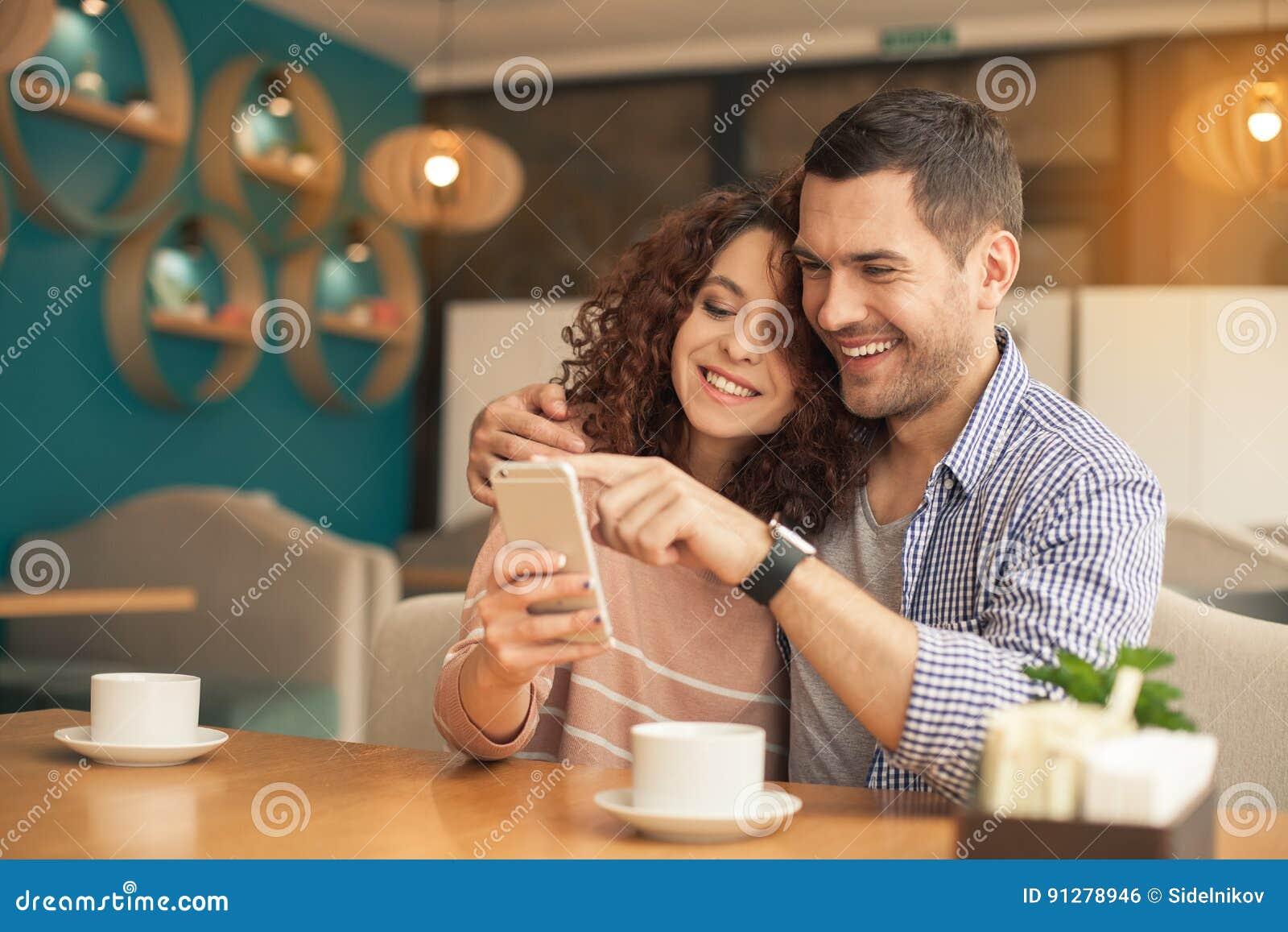 Trevliga seende par i kafé