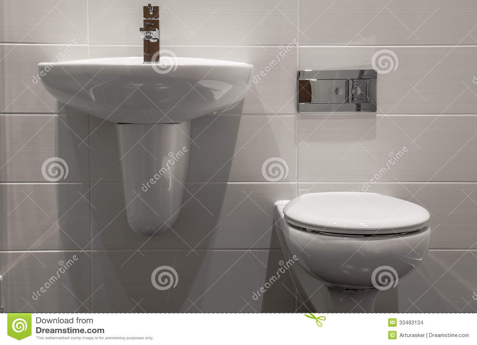 Trevligt litet nytt enkelt och elegant badrum arkivbilder   bild ...