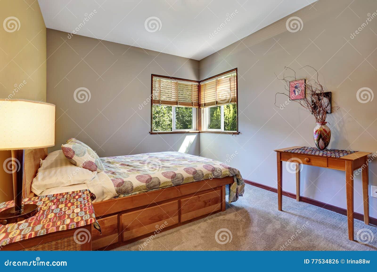 Trevligt Sovrum Med Det Minsta Design Och Mattgolvet Arkivfoto Bild 77534826