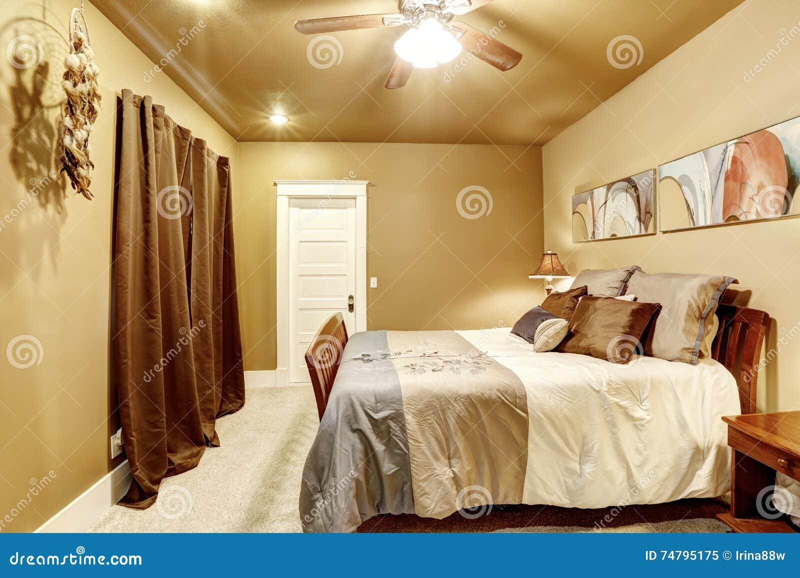 Trevligt sovrum med inre målarfärg för mocka och beige matta ...