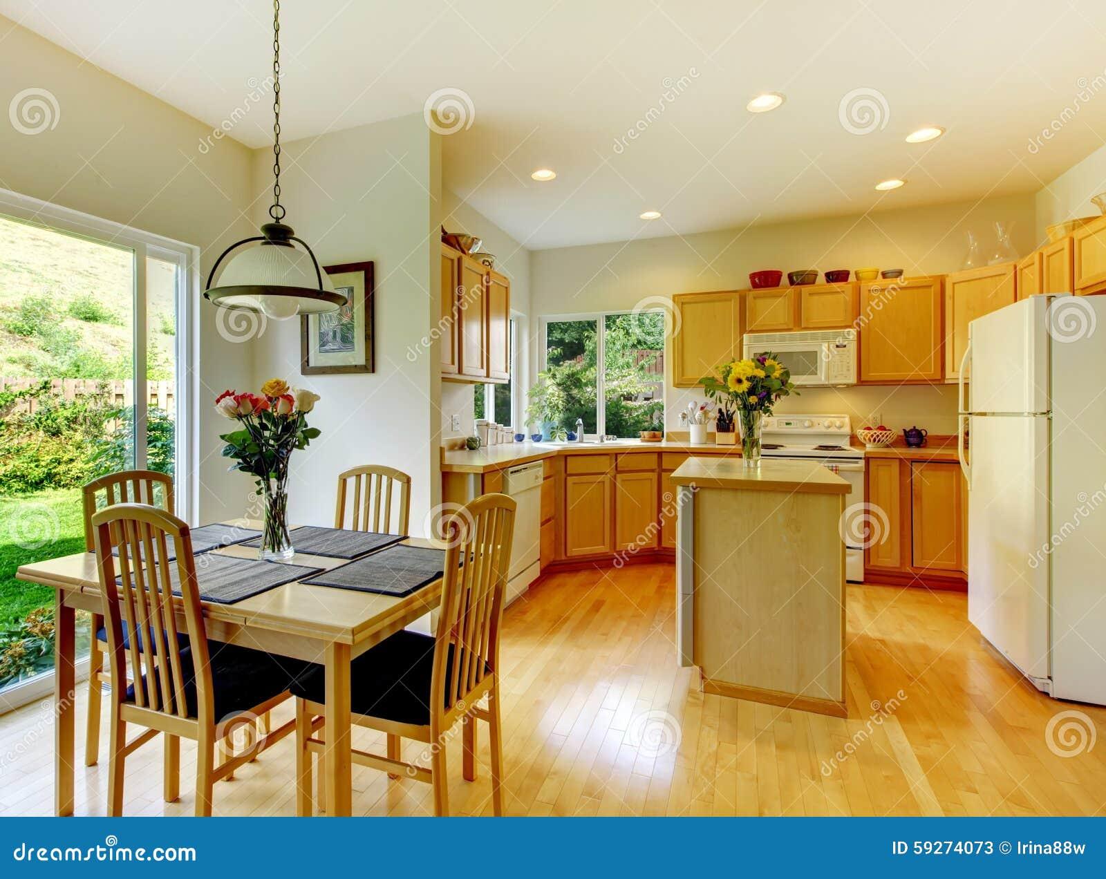 Träguld  kök med matsal och ädelträ arkivfoto   bild: 59274073