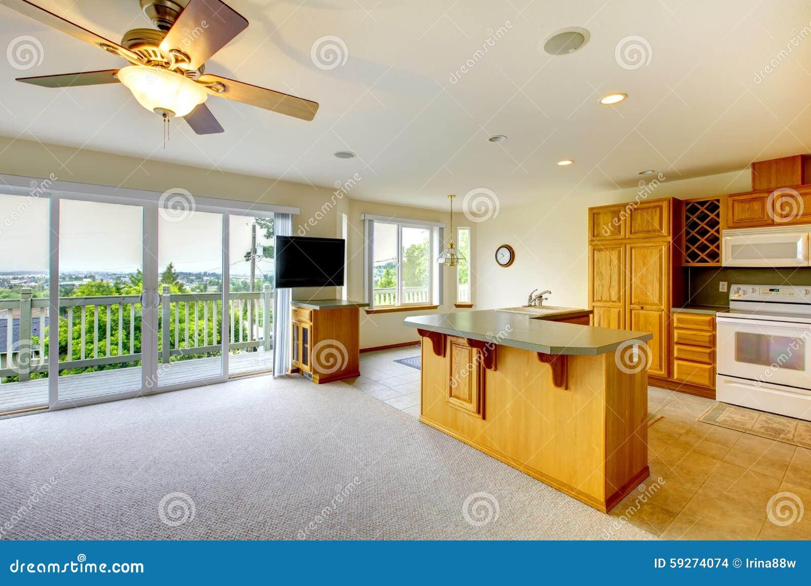 Träguld  kök med matsal, tv och massor av fönster till balkongen ...