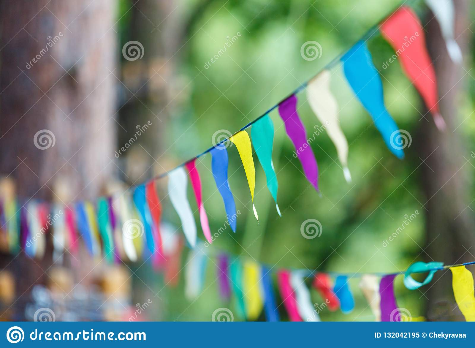 Triângulos coloridos no parque do verão Aniversário, decoração do partido