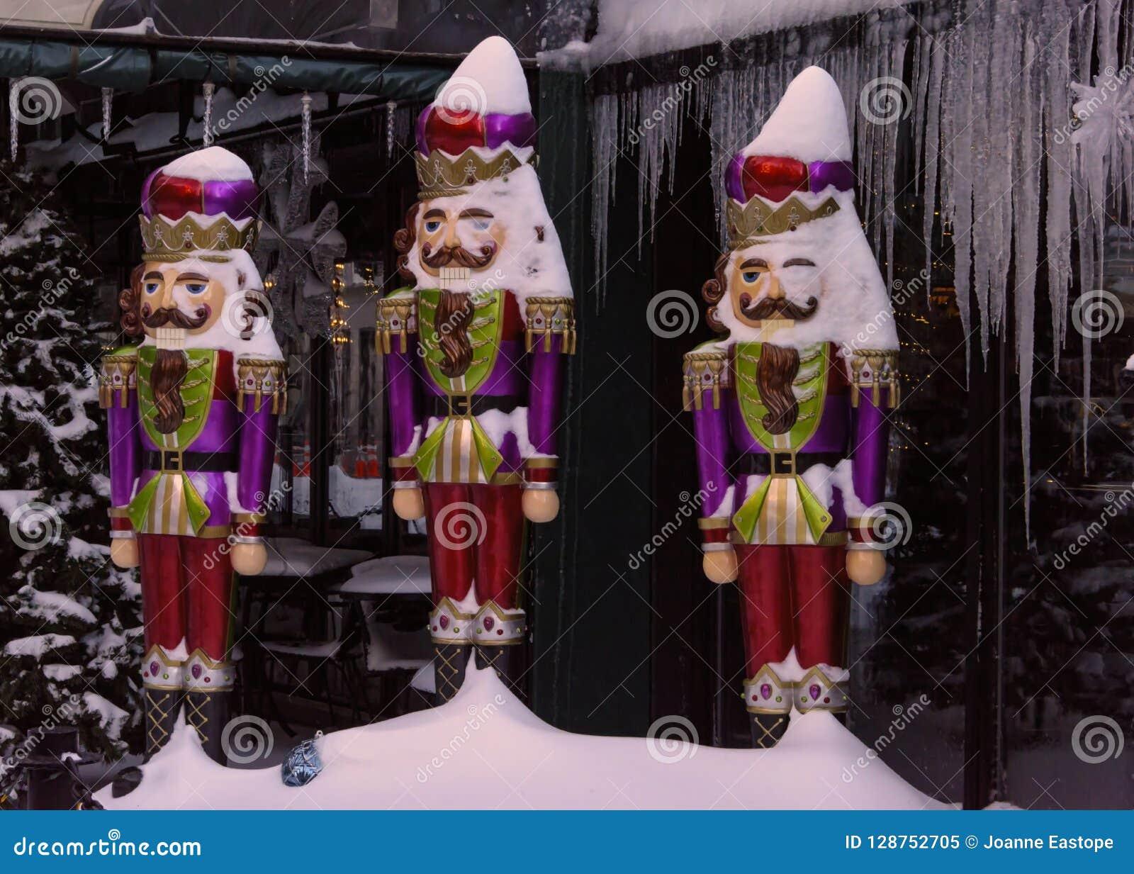 Tri des décorations de Christmas de soldat en neige et glace