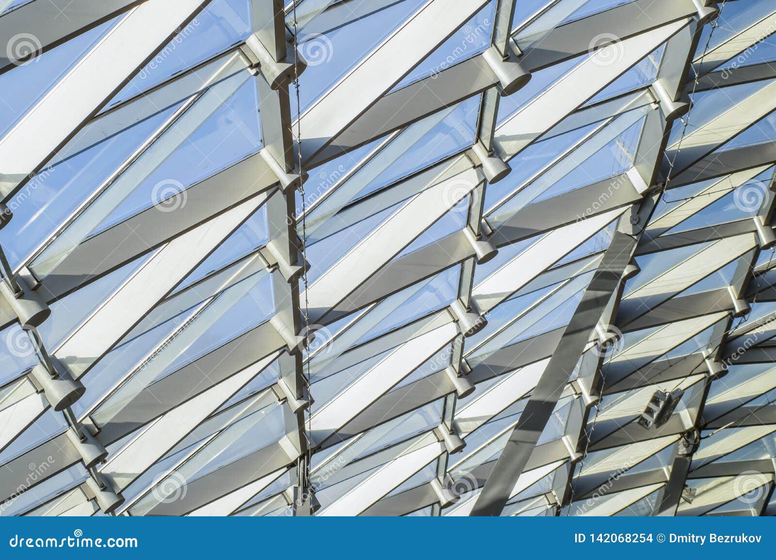 Triangulär modell av genomskinligt exponeringsglas av ett modernt tak Strålar av aftonsolen