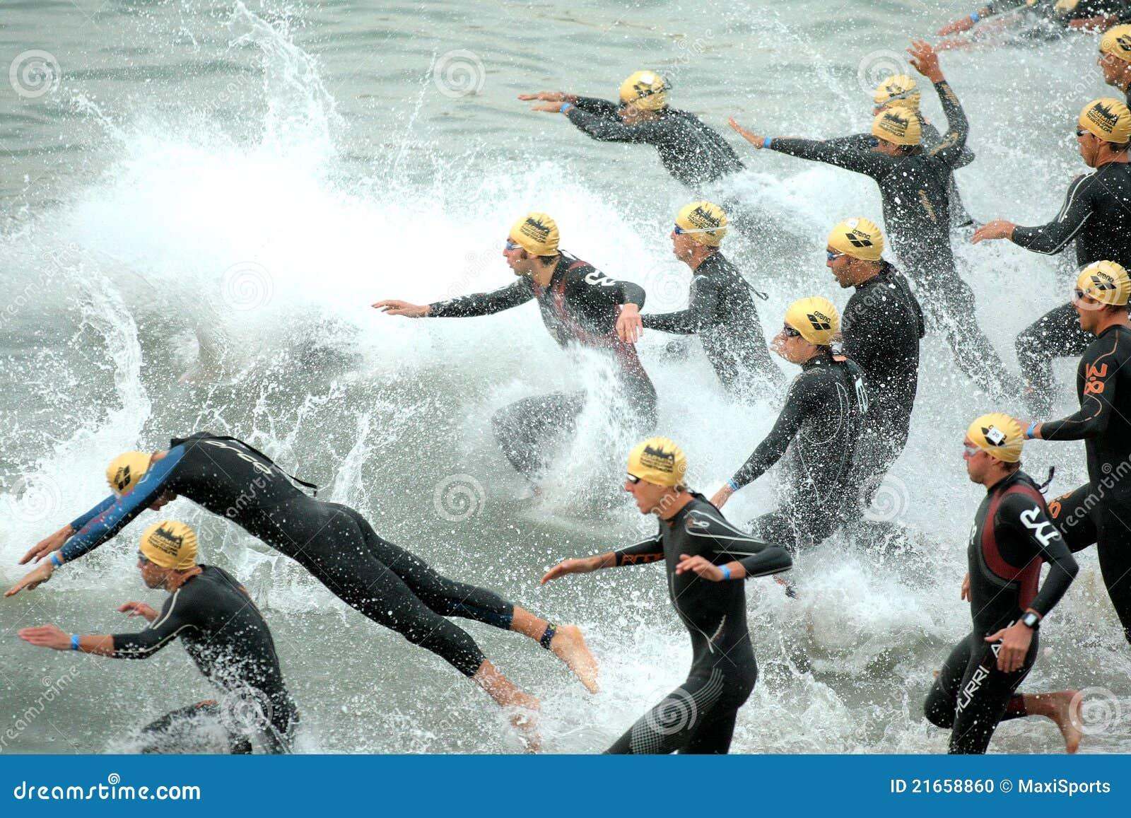 Triathletes sur le début du Triathlon