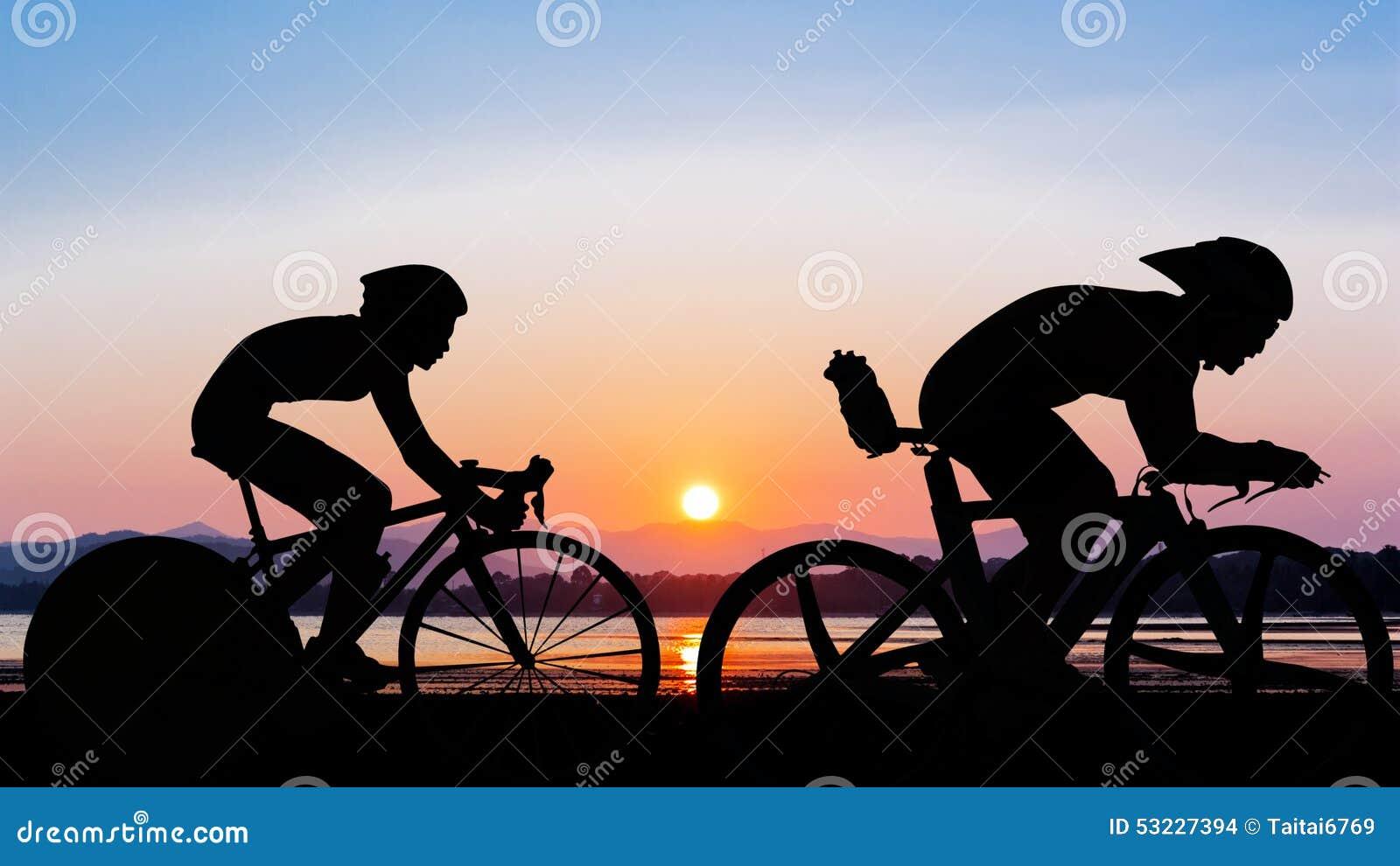 Triathlon en el tiempo de la tarde de la playa