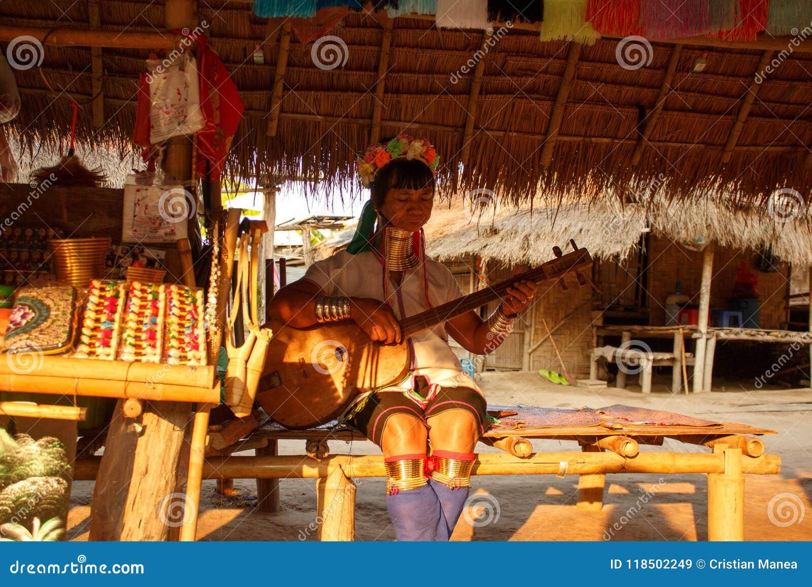 Tribù lunga del collo in Tailandia - donne che cantano canzone tradizionale
