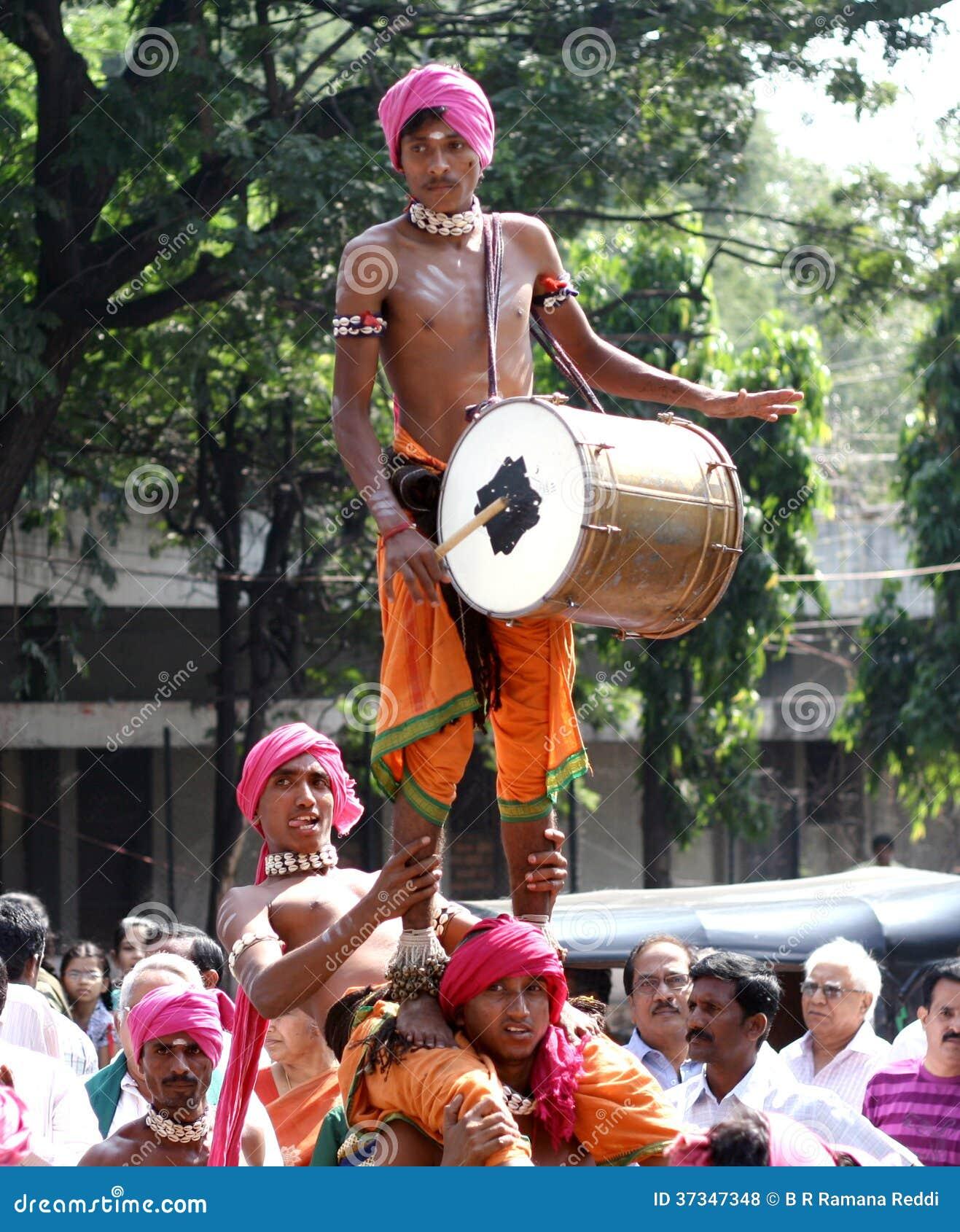 Tribals utför dappudans