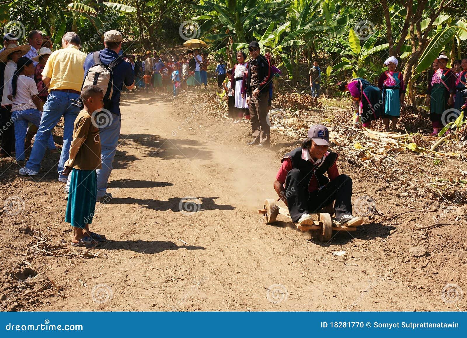 Tribo do monte de Akka que compete o carro de madeira de 3 rodas