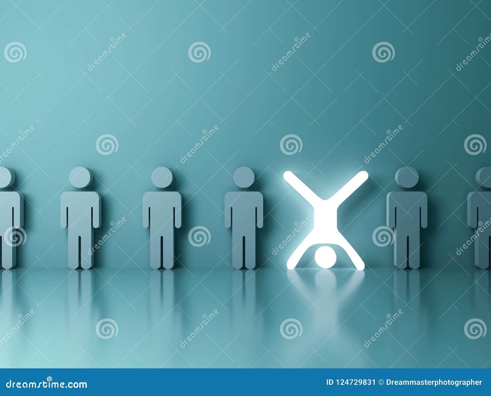Tribune uit van menigte en verschillend creatief ideeconcept Één gloeiende lichte mensen bevindende bovenkant - neer met armen en