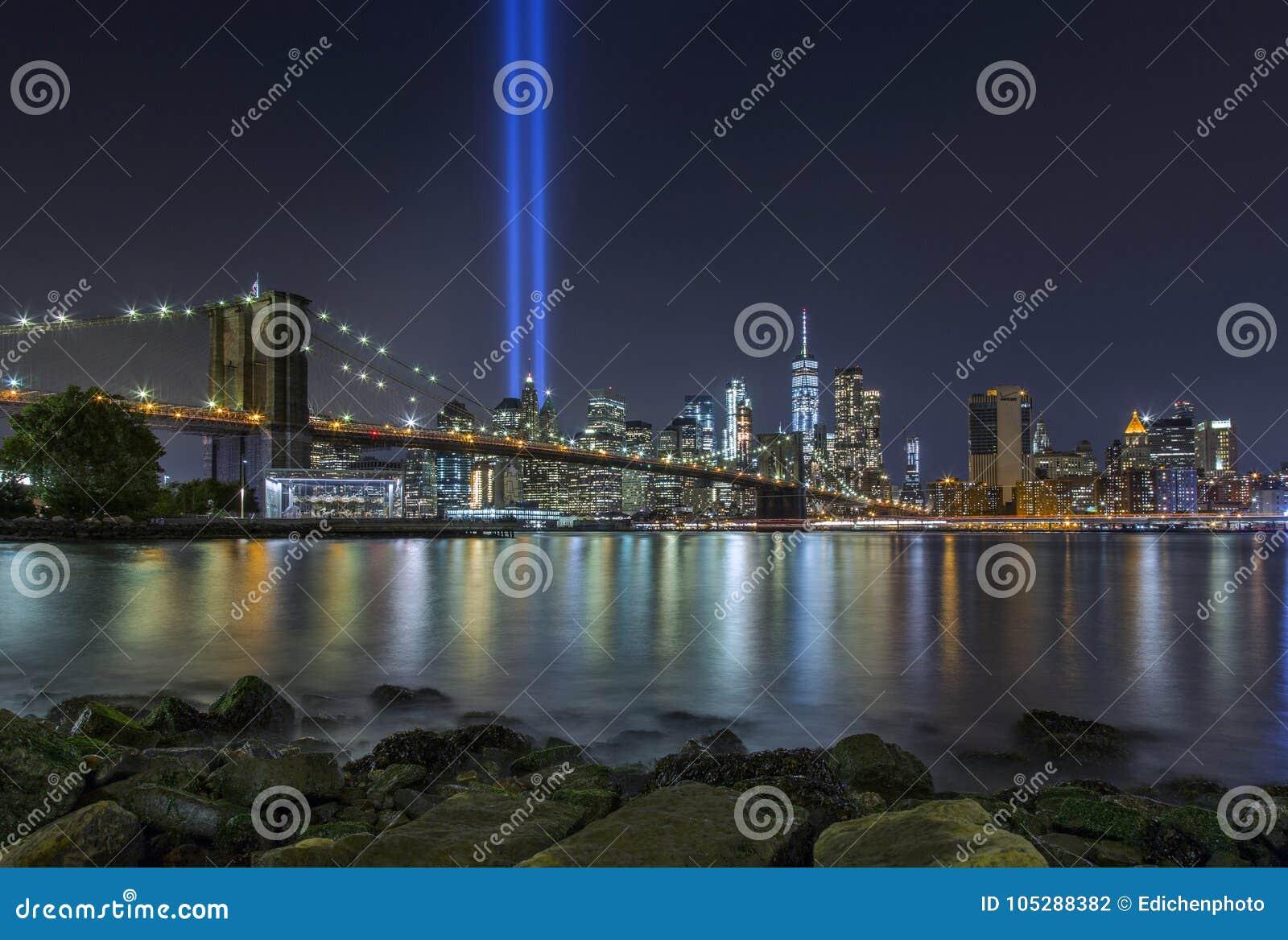 9/11 tributo en luces en el puente de Brooklyn y el Lower Manhattan SK