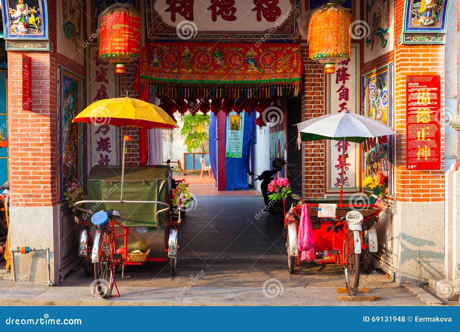 Triciclos del carrito cerca del templo, Penang, Malasia