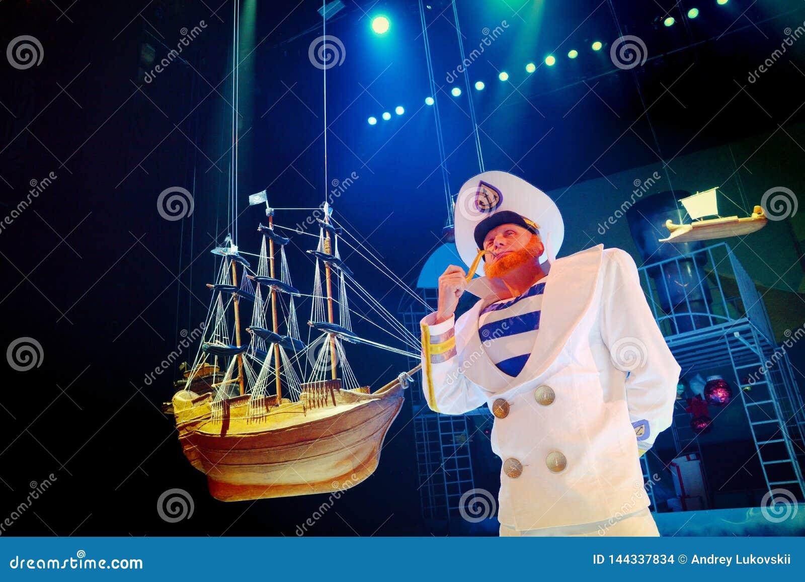 Trickzeichner steht nahe bei dem vorbildlichen Segelboot