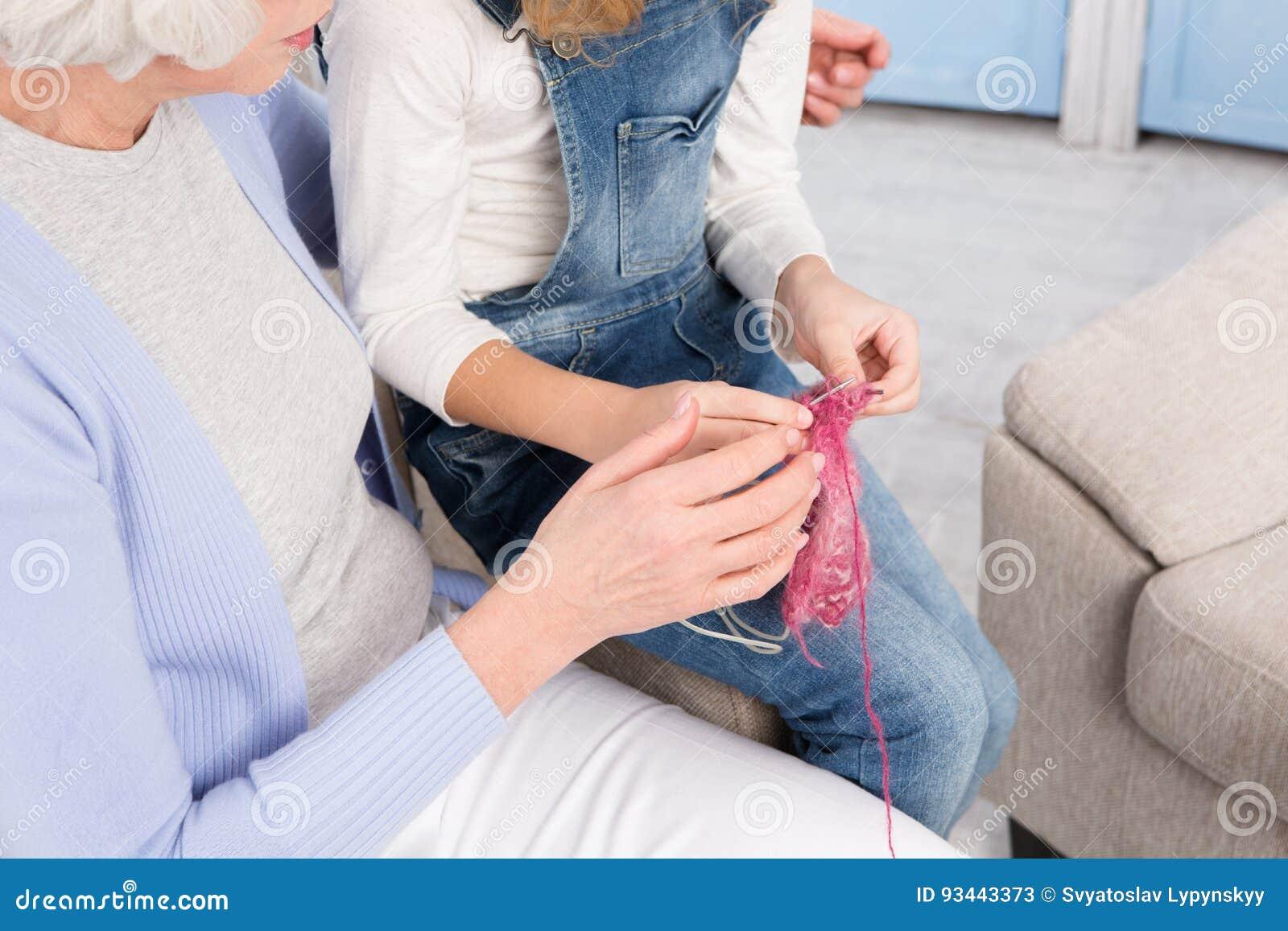 Tricotage de grand-mère et de petite-fille