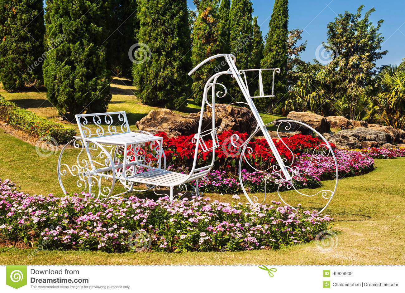 Tricycle dans la conception de jardin photo stock image for Formation conception de jardin