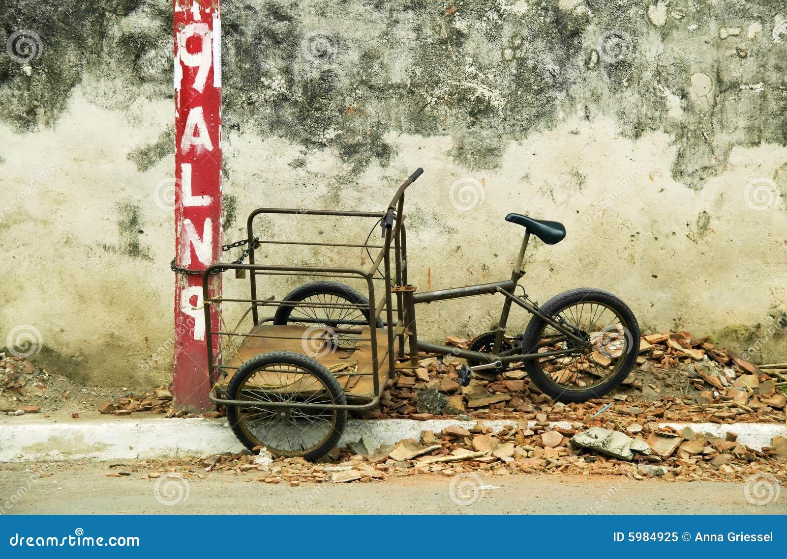 Tricycle enchaîné à un poteau au Nicaragua