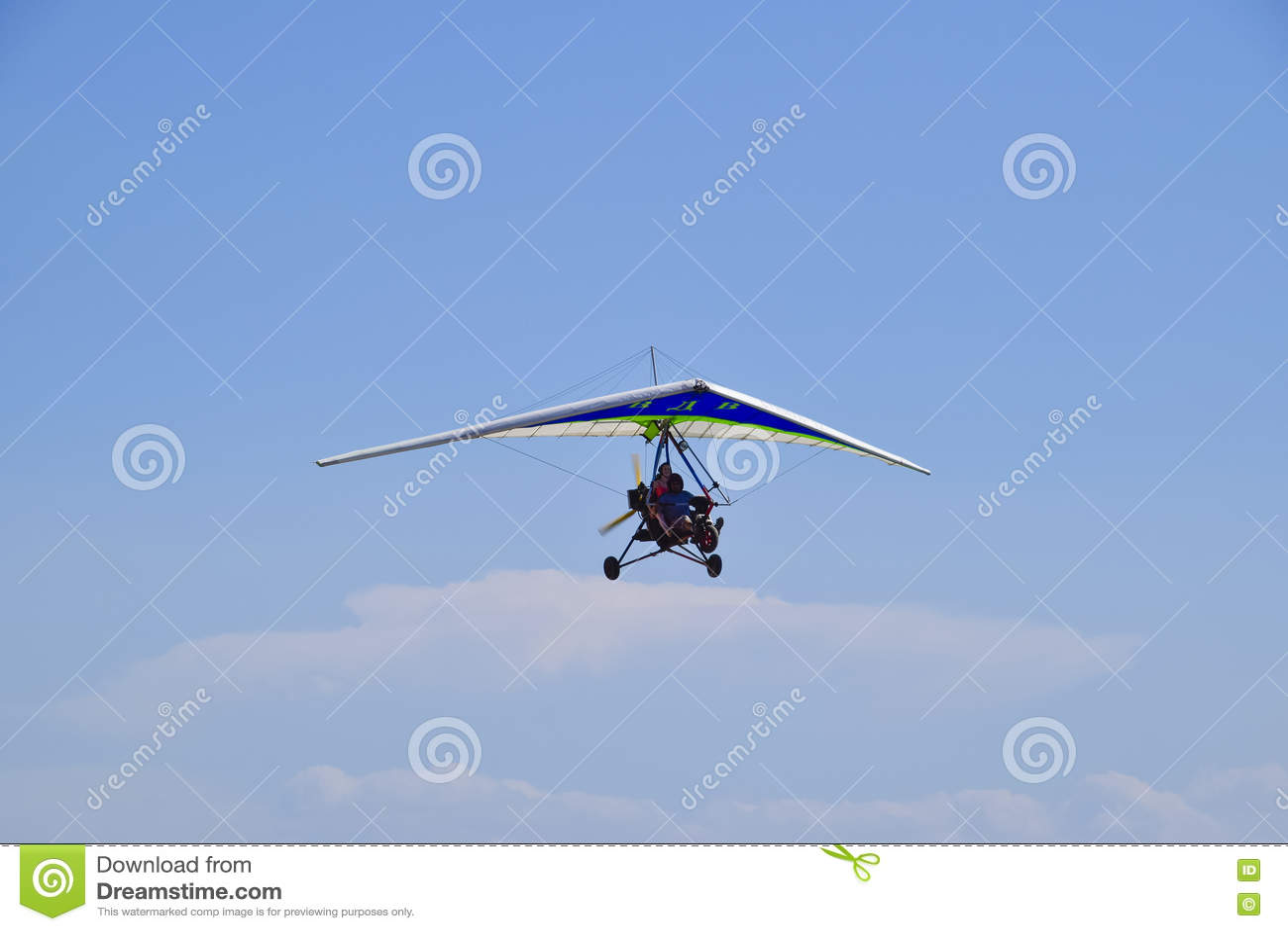 Tricycle, volant dans le ciel avec deux personnes