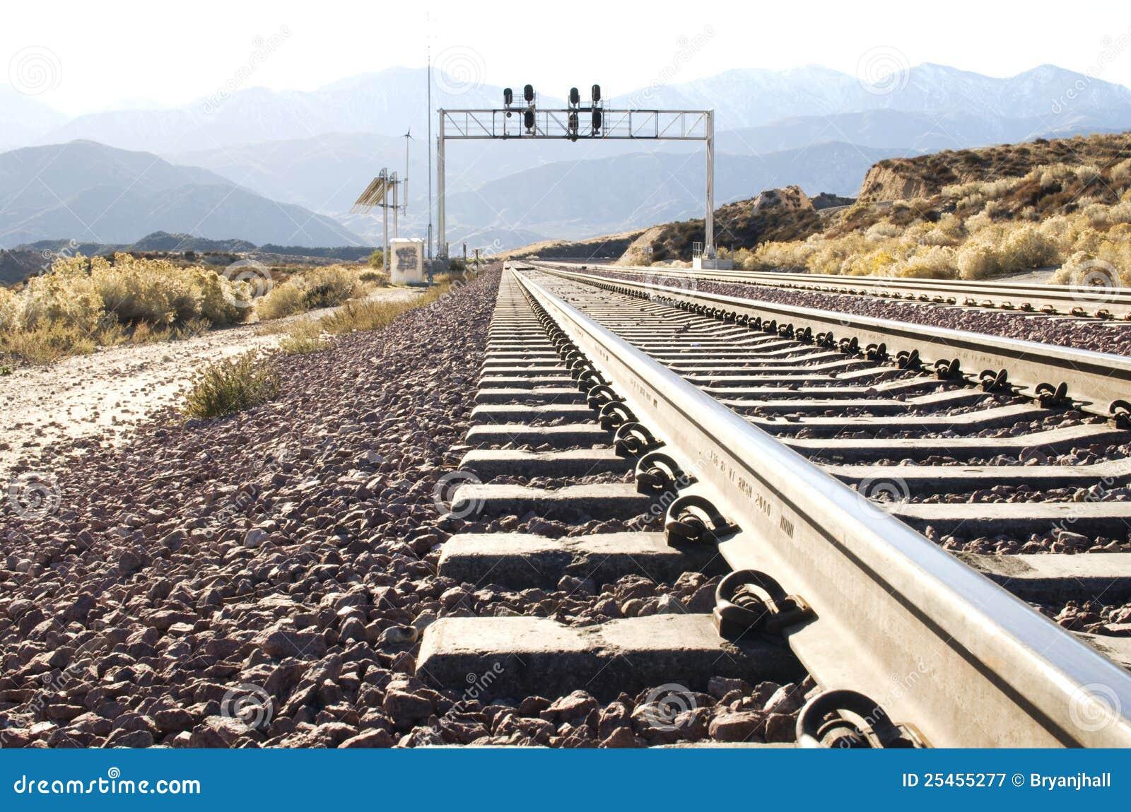 Trilha de estrada de ferro no deserto