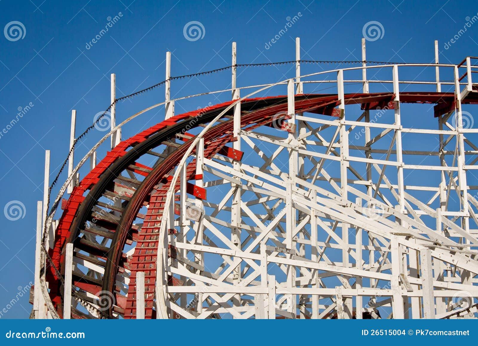 Trilha de madeira do roller coaster