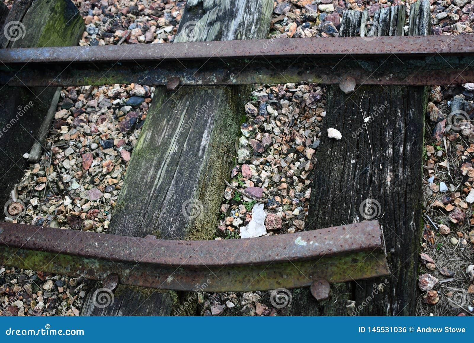 Trilha quebrada do trem com cascalho