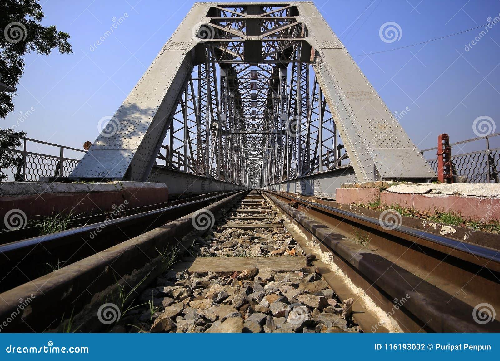 Trilhas de estrada de ferro e pontes de aço em myanmar